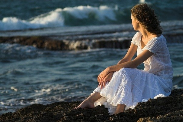 фото женщина на берегу