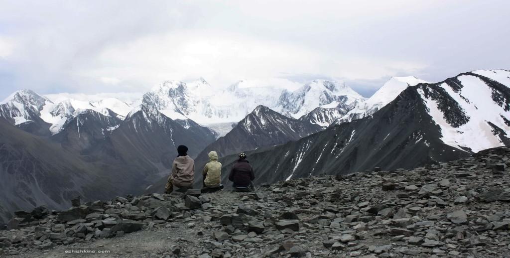 Вид на гору Белуха с перевала Каратюрек, в пасмурную погоду, вечером.